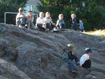 Lapsia kalliolla
